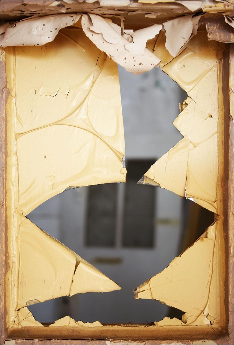 broken || canon 350d/efs18-55@42 | 1/25s | f5 | iso200 | handheld