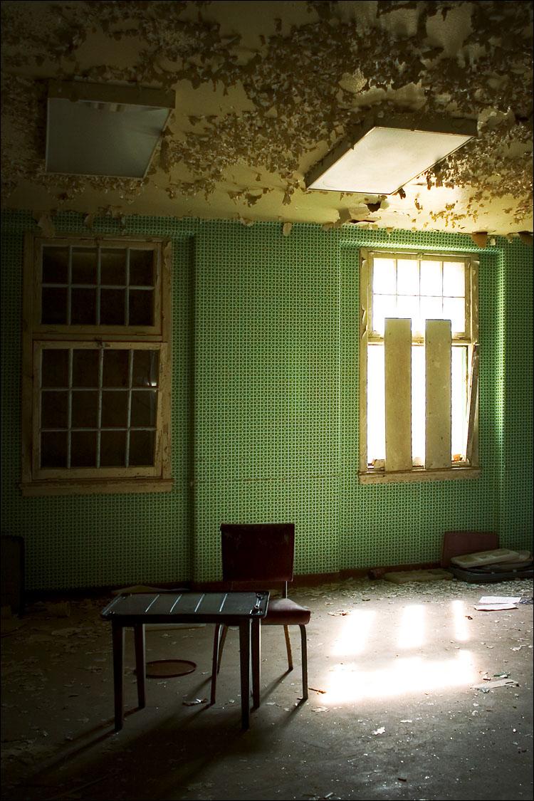 green room || canon 300d/kit lens | 1/20s | f3.5 | ISO 100