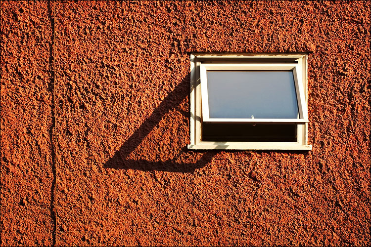 window and wire || canon350d/ef17-40L33 | 1/60s | f5.6 | iso200 | handheld