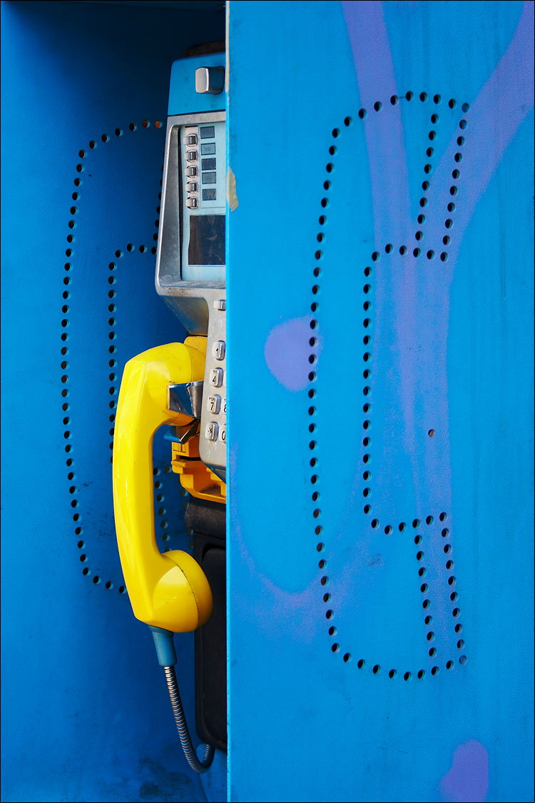 phone, yellow and blue || canon 350d/efs18-55@55 | 1/80s | f5.6 | iso100 | handheld