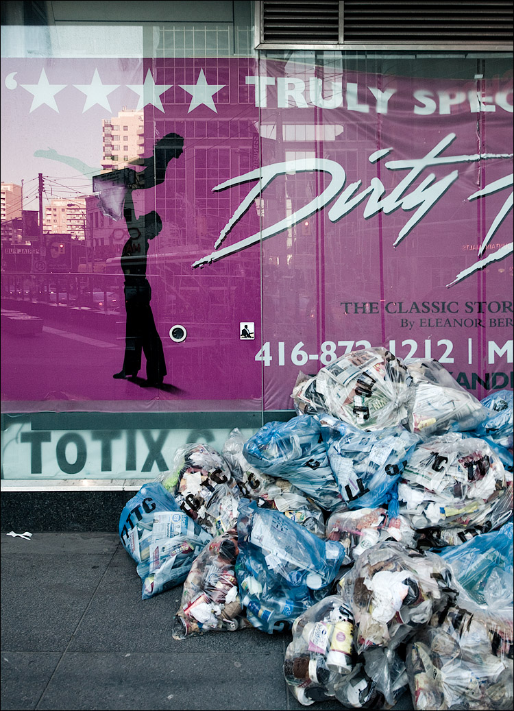 dirty garbage || Canon5D2/EF17-40L@27 | 1/10s | f8 | ISO400